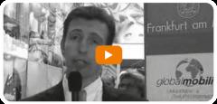 Mann mit Mikrofon auf einer Veranstaltung