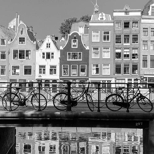 Hollandhäuser in der Alststadt von Amsterdam, Brücke mit Fahrrädern