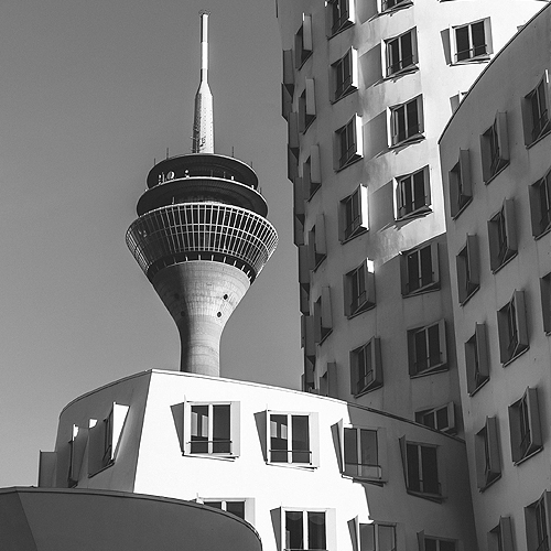 Medienhafen Düsseldorf, Modernes Gebäude und Funkturm