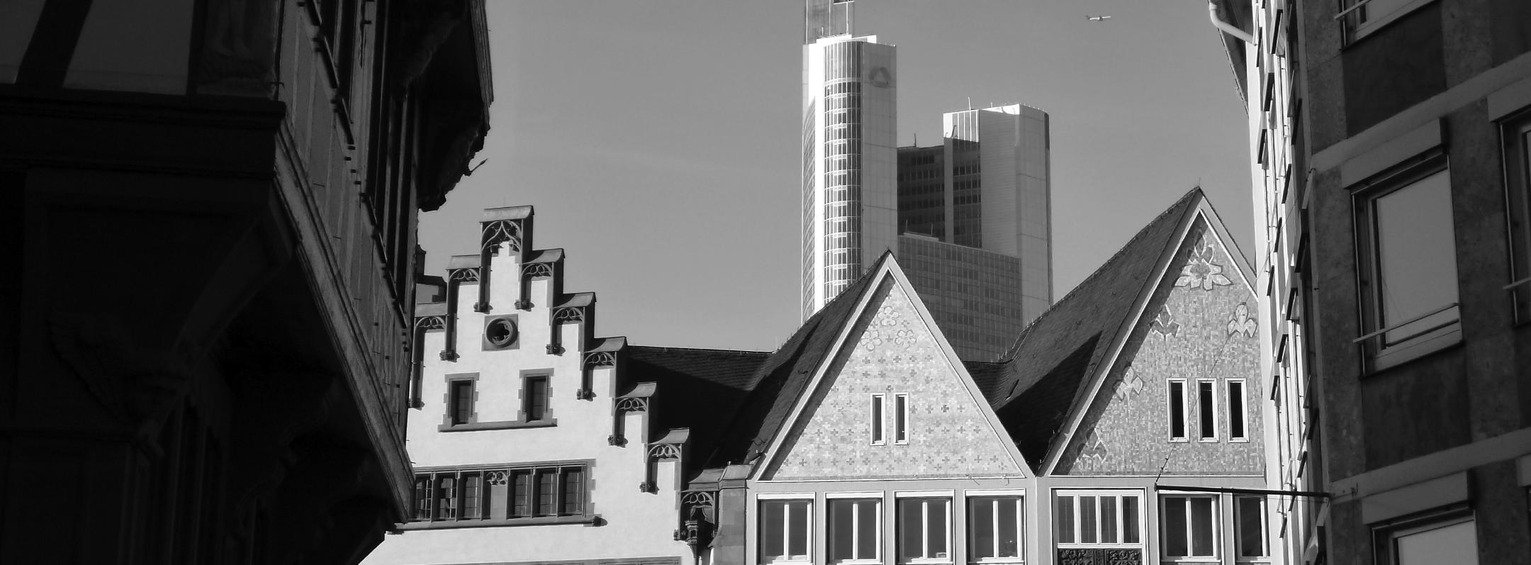 Stadtansicht Frankfurt: mittelalterliche Gebäude vor modernen Wolkenkratzern