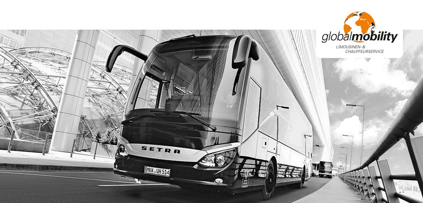 Luxusbus auf der Straße vor einem modernen Gebäude