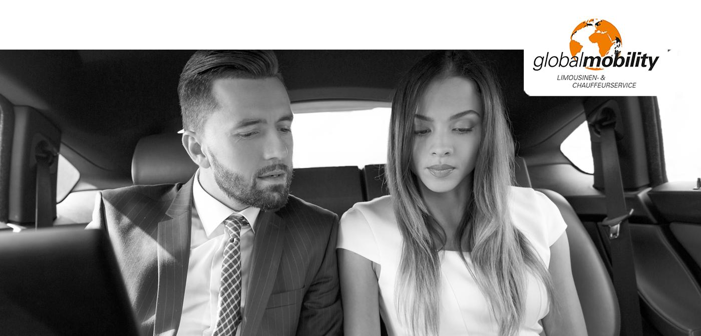 zwei Fahrgäste in einer Limousine