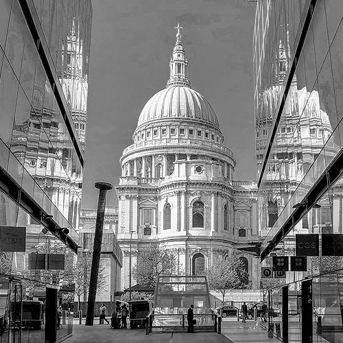 St. Pauls Cathedral in London zwischen modernen Geschäftsgebäuden