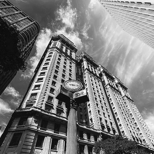 Stadtansicht Sao Paulo: Hochhaus mit klassischer Fassade zwischen modernen Gebäuden