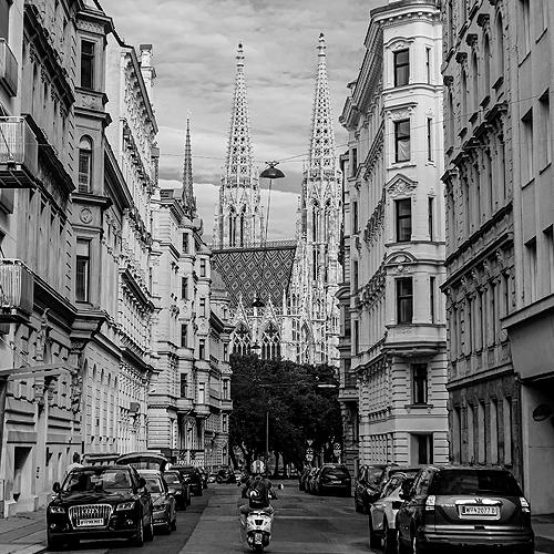 Stephansdom in Wien zwischen mehrgeschoßigen Wohnhäusern